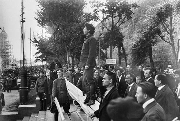 Нарком по военным и морским делам Лев Троцкий у могилы жертв взрыва в здании МК РКП(б) в Леонтьевском переулке 25 сентября 1919 года