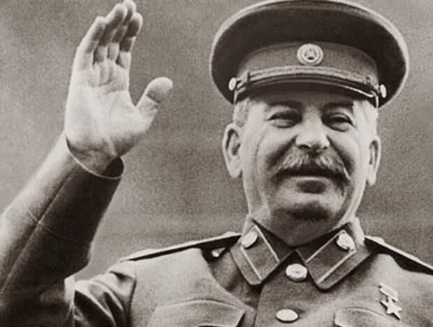 Сталин машет рукой народу. Или не Сталин?