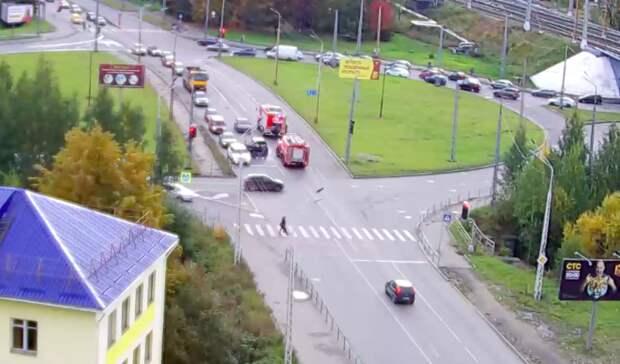 Легковушка загорелась посреди дороги вПетрозаводске