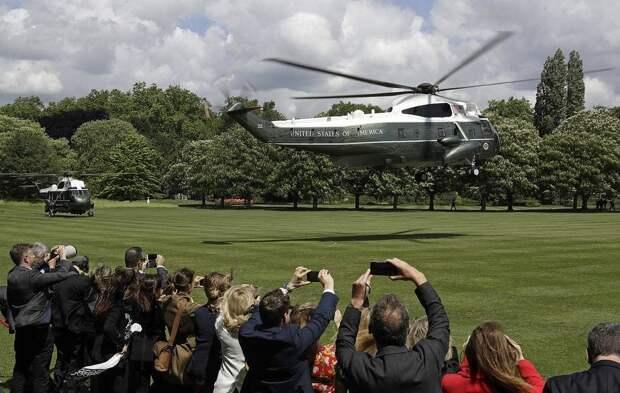 1. Вертолет с президентом США Дональдом Трампом и первой леди Меланией Трамп совершет посадку на газоне