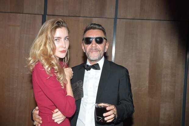 В 2018 году Шнур тайно женился на поэтессе Ольге Абрамовой – дочери уральского миллиардера Валерия Абрамова.