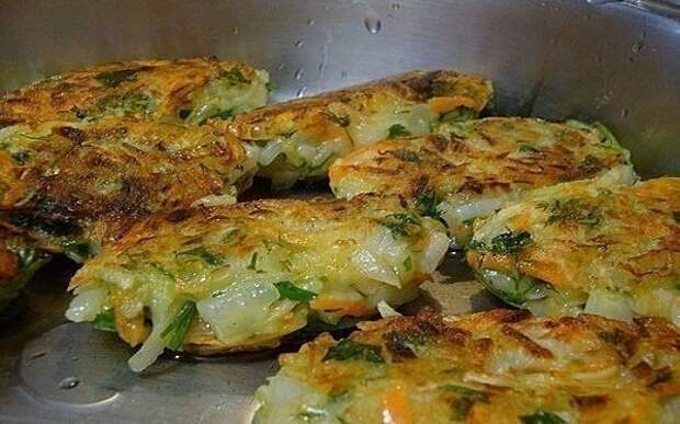 Блюдо настоящих гурманов — луковые котлеты с картофелем и зеленью!