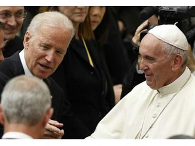 Папа Франциск благословляет Байдена на царство