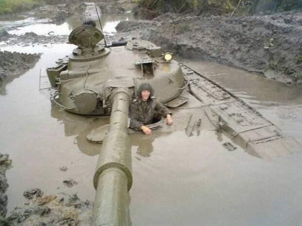 Застрявший в болоте танк