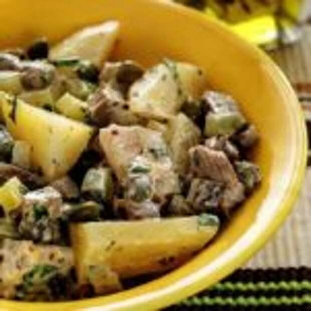Салат из картофеля с сельдью и телятиной.
