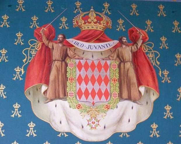 Суровые монахи с мечами и ромбовидно разделенный щит. Что может рассказать герб Монако?