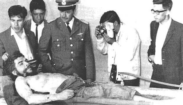 Боливийские офицеры рассматривают тело убитого Че, 1967.