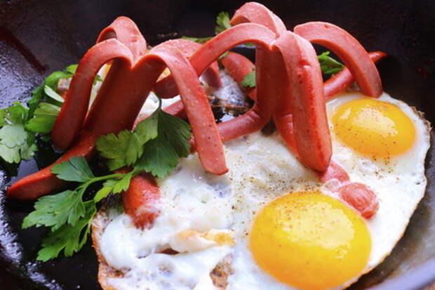 Фото к рецепту: Яичница из детства! яичный остров с пальмами из сосисок