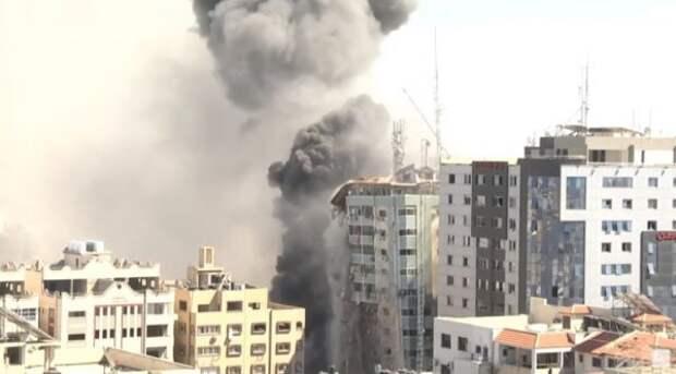 Израиль ракетным ударом разрушил многоэтажку вГазе— видео