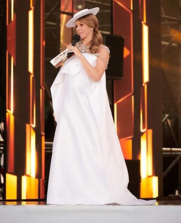 Беременная Екатерина Осадчая ведет мероприятие