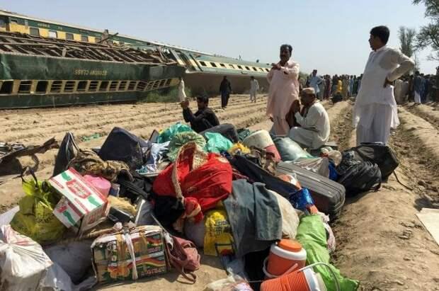 Число жертв столкновения поездов в Пакистане выросло до 50