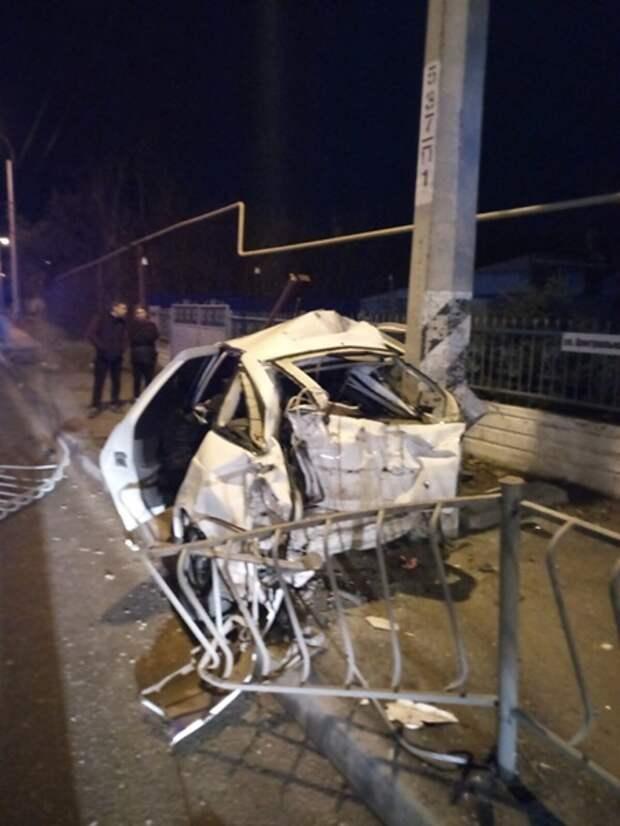 Под Симферополем водитель легковушки врезался в бетонный столб и погиб
