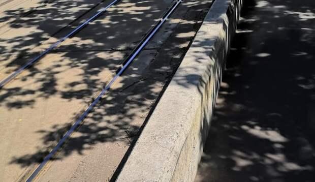 Тротуары в проезде Дежнева очистили от грязи