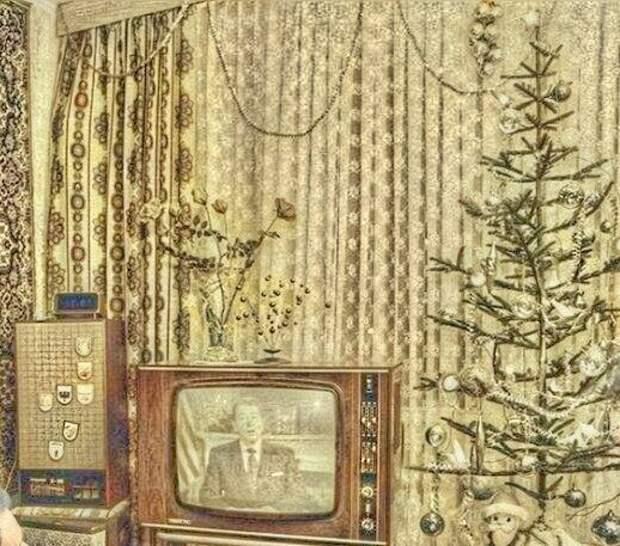 На комоде времен СССР стоит телевизор...