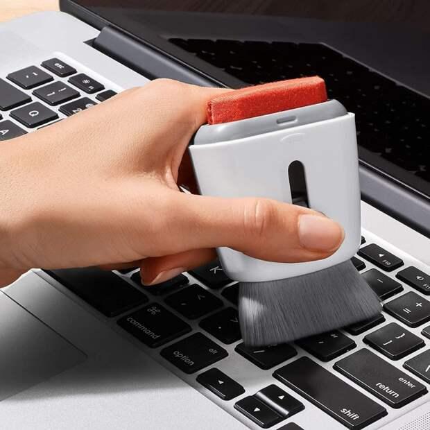 Щетка не занимает много места и помогает поддерживать ноутбук в чистоте. /Фото: kromad.com