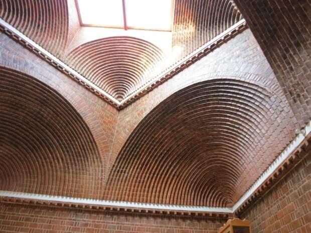 Удивительной красоты арочный потолок сделан современными мастерами.   Фото: fishki.net.