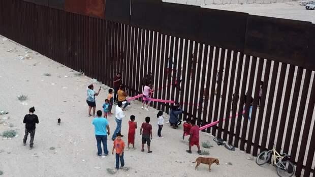Переселенец купил участок на границе в США для пропуска других мигрантов