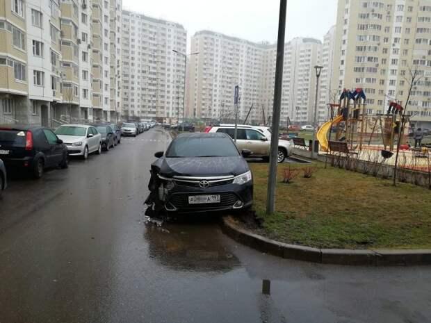 Карма настигла любителя парковаться где угодно toyota, авария, авто, авто авария, автохам, быдло, дтп, парковка