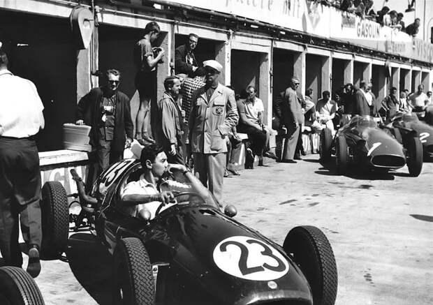 Гран При Германии '57. Рой Сальвадори в Cooper T43 Climax на пит-лейн Нюрбургринга. На заднем плане Maserati 250F героя гонки Хуана-Мануэля Фанхио (#1) и Жана Бера (#2). авто, автогонки, автоистория, автомир, автомобили, автоспорт, гонки, формула 1