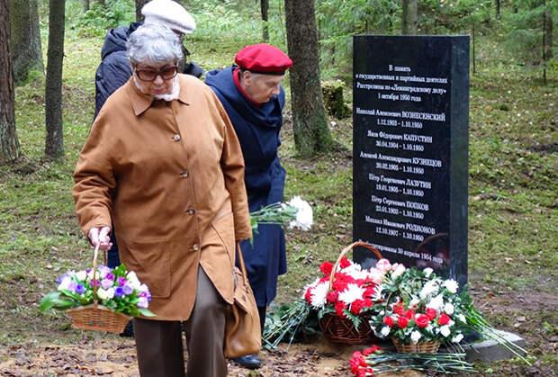 Памятный знак на Левашовском мемориальном кладбище, 1 октября 2017 года