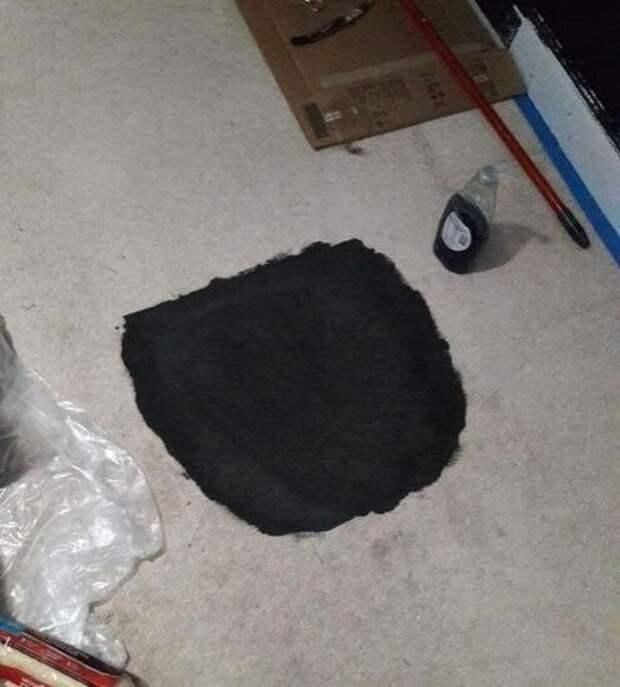 Одно неловкое движение - и белому ковру предстоит превратиться в черный