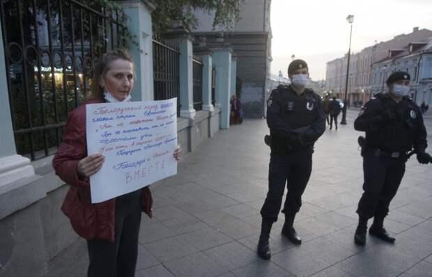«Европа! Вы не поставите Белоруссию на колени!» – женщина вышла на пикет в Москве