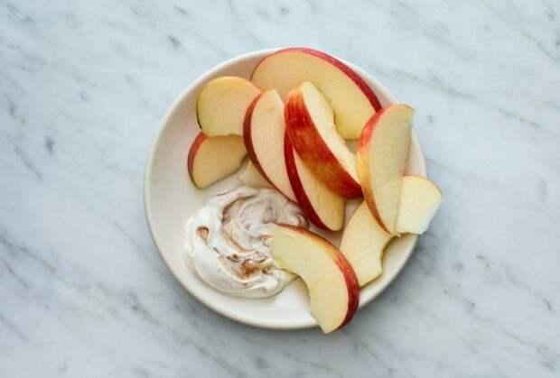 Моя мама всегда надевает резинку на разрезанное яблоко: хитрый лайфхак