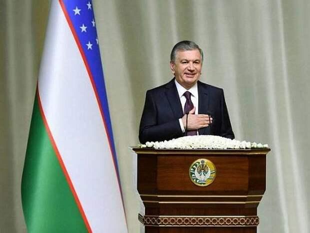 Узбекские военные и чиновники запутались в ритуалах при исполнении гимна страны
