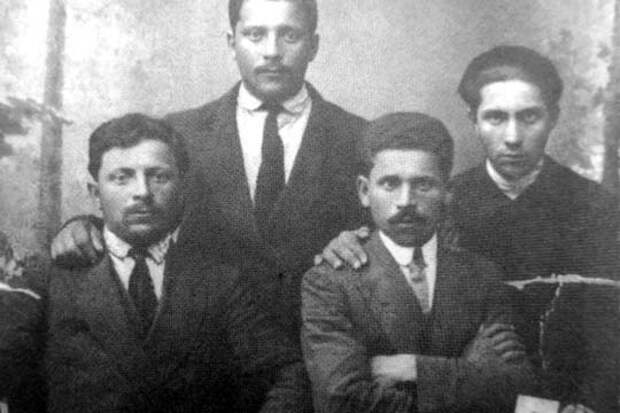 Братья Кагановичи.Слева направо: Израиль, Арон, Михаил и Лазарь.1914 г.Киев
