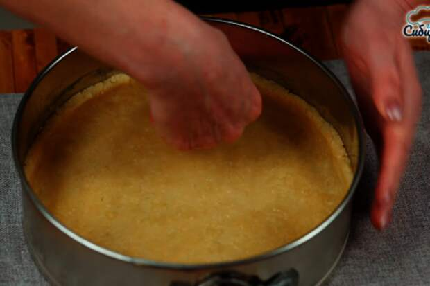 Луковый пирог с куриными яйцами и сыром в духовке: фото шаг 4