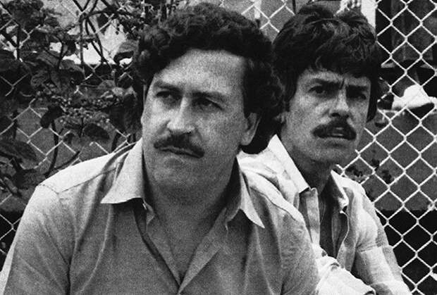 Пабло Эскобар смотрит футбольный матч в Медельине