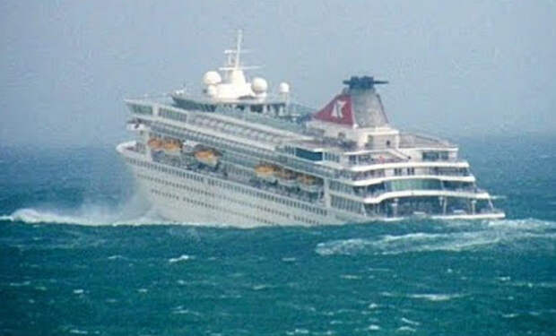Пассажиры засняли как девятибалльный шторм качает круизный лайнер