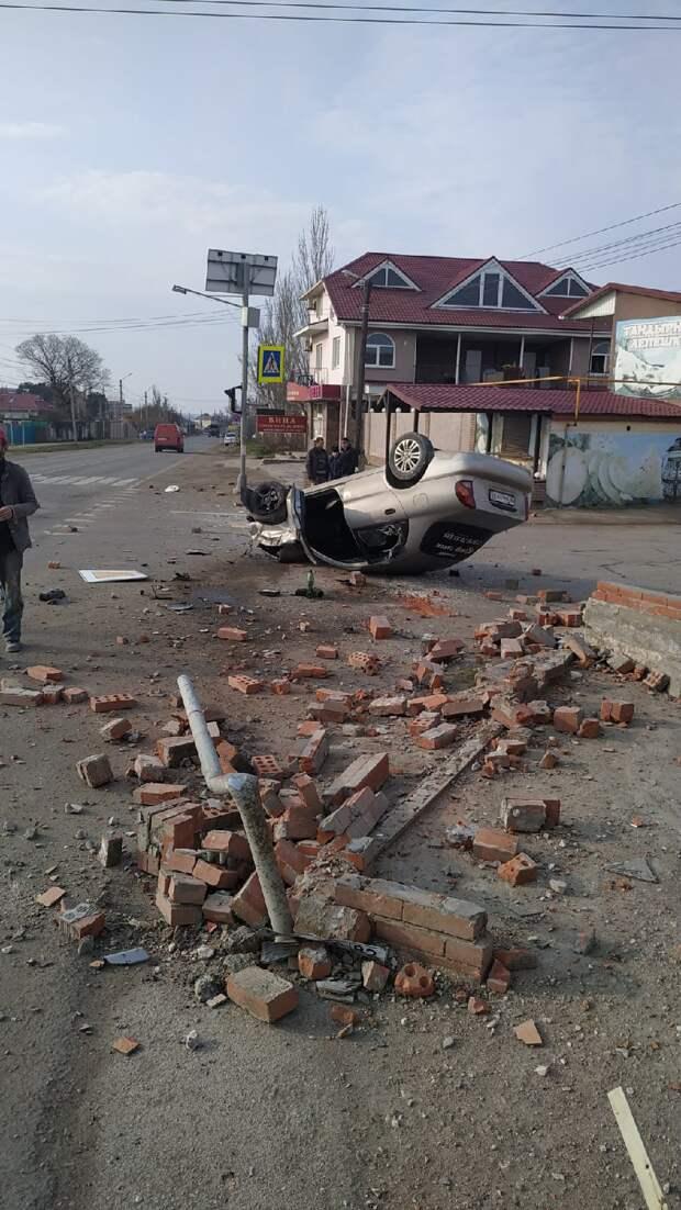 Под Феодосией пьяный водитель опрокинул автомобиль и снёс кирпичную ограду