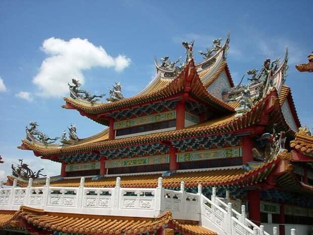 Изогнутая крыша смотрится очень красиво, в то же время эта конструкция - практическая необходимость / Фото: mediakron.bc.edu