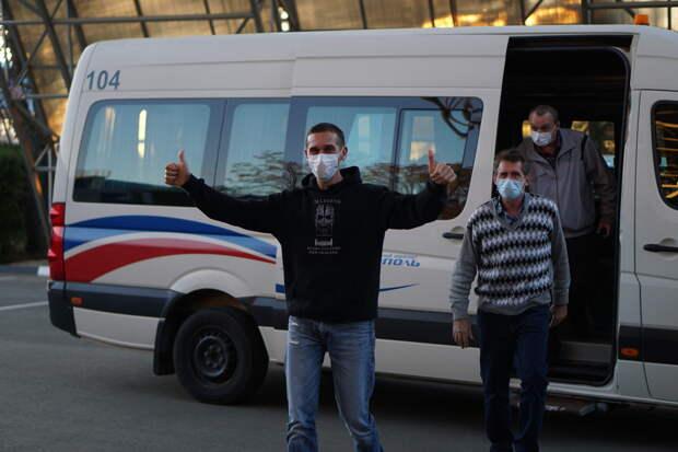 Крымские моряки, которые провели 5 месяцев в плену у пиратов, прилетели в Симферополь. ФОТОРЕПОРТАЖ