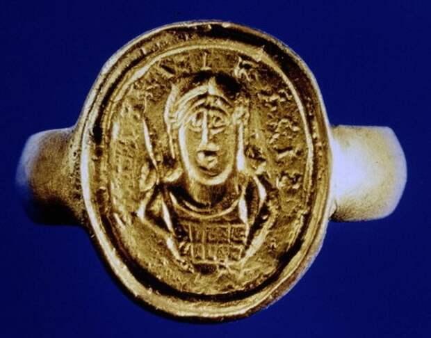 Перстень короля Хильдерика, которым оттискивали печать на воске, подтверждая документ.