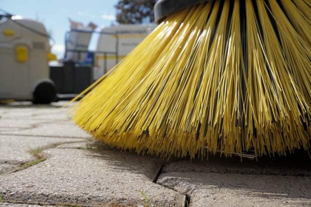 Нижнюю улицу очистили от тополиного пуха — «Жилищник»