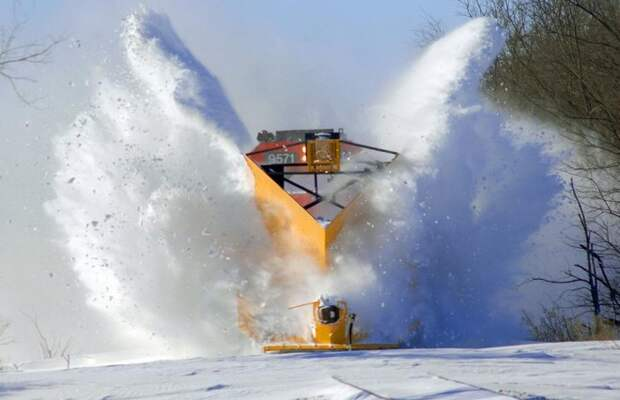 Снежные дьяволы: поезда пробиваются сквозь толщу снега