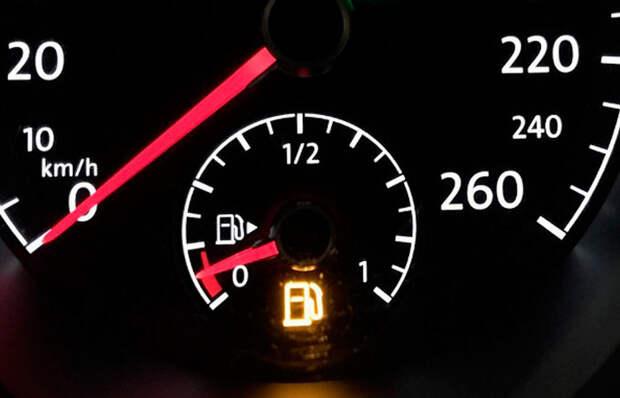 Лампочка загорелась: вредно ли для автомобиля ездить с пустым баком