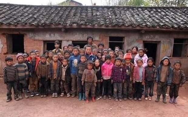Это не фото времен японской оккупации Китая. Это современная школа в китайском селе