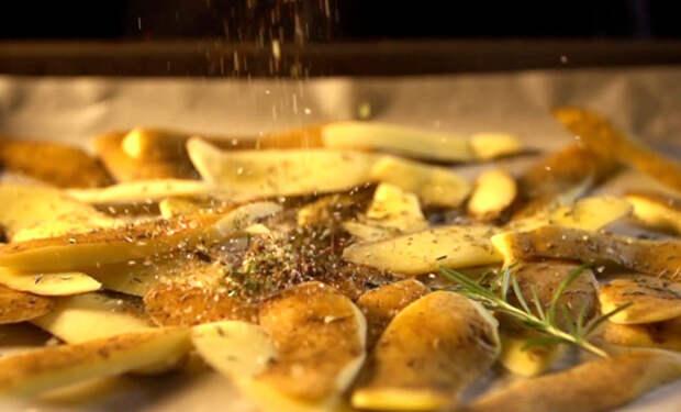Кожуру картошки не выбрасываем, а жарим чипсы: берем ненужные части овощей и готовим