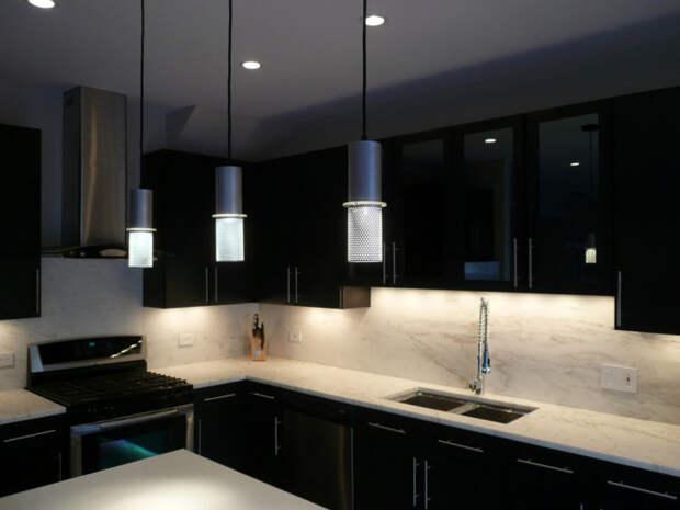 Одинаковые светильники гармонизируют интерьер.