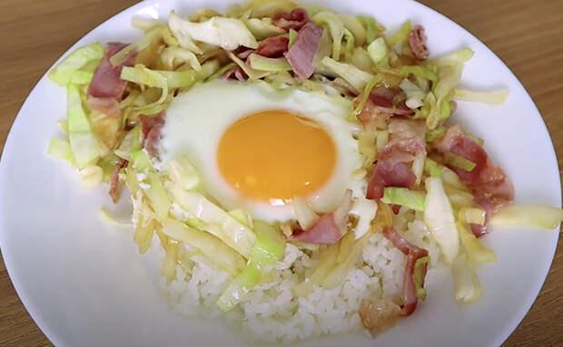Капуста, бекон и яйцо. Сочетание необычное, но такую тушенную капусту любят даже те, кто обычно ее не ест