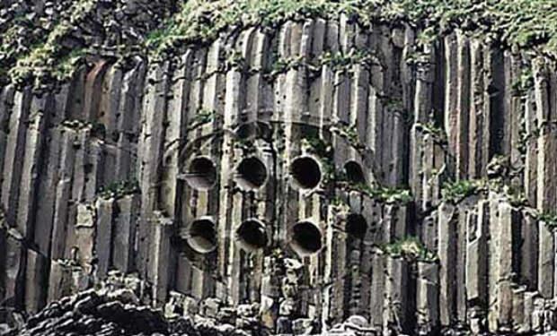 Скала в Китае осыпалась и обнажила железные трубы: анализ показал, что находке больше миллиона лет