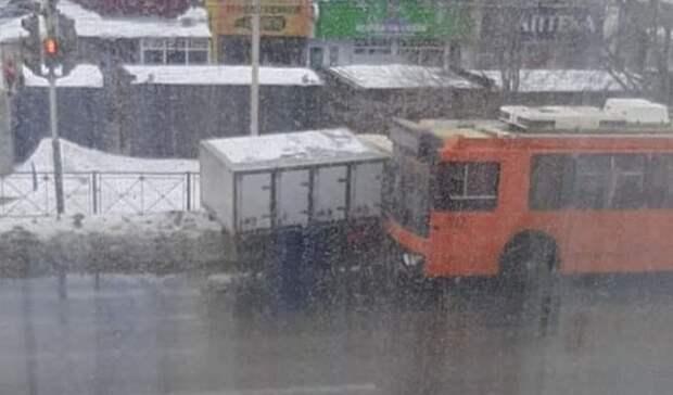 ВОренбургефургон «Хлеб» влетел в троллейбус и чуть не угробил людей