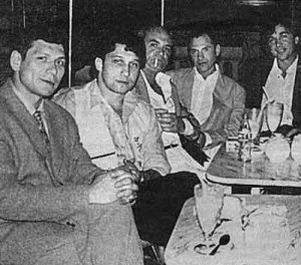 Слева направо: авторитет Курганской ОПГ Олег Нелюбин, Анатолий Гусев, четвертый — Андрей Колигов, Криминальный авторитет Черкас