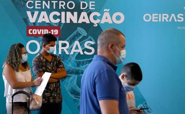 На фото: в центре вакцинации в Оейраш, Португалия.