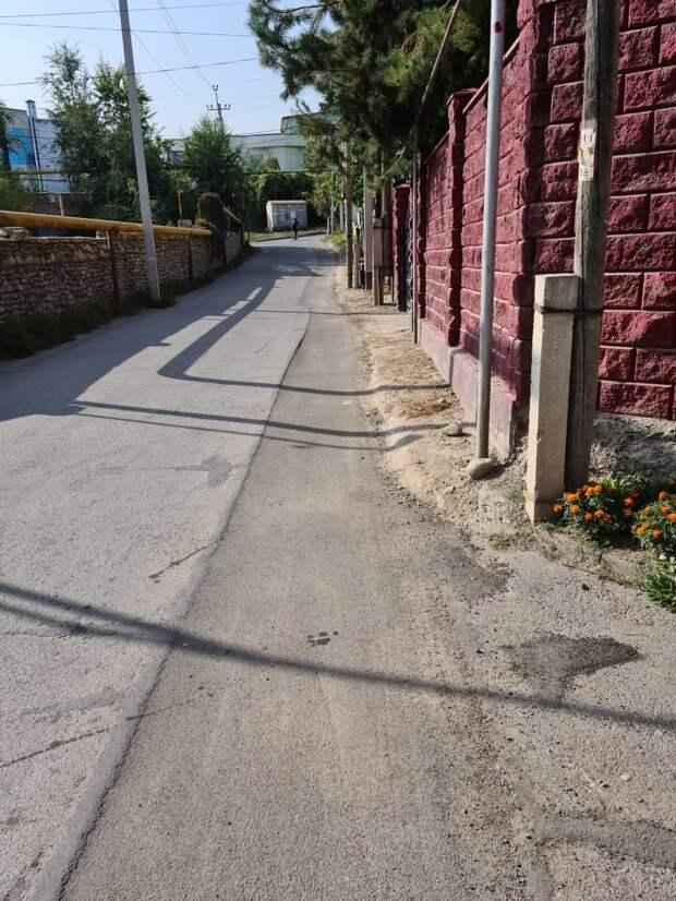 Положенный жителем частного дома в Баганашыле асфальт провалился под машиной в Алматы