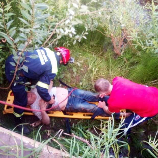 В Глазове мужчина получил травму, упав с бетонного заграждения реки Чепцы