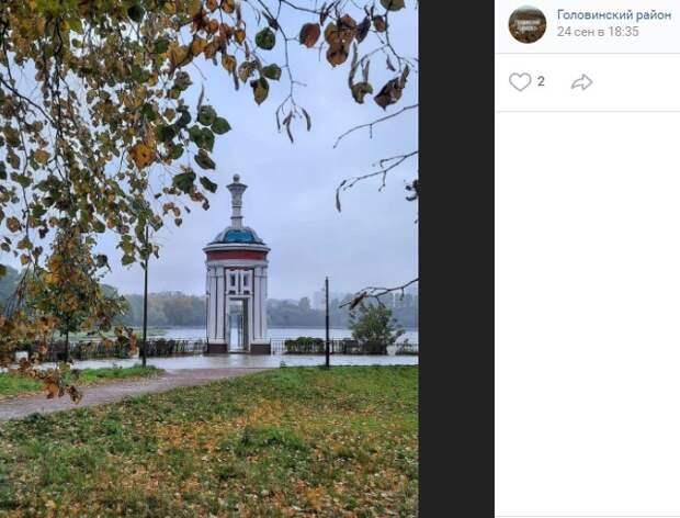 Фото дня: ротонда из Головинского блестит от дождя